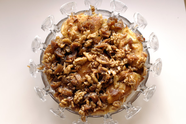 'Rabanadas' with honey, figs and walnuts in a dish